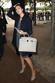Yasmine paired her navy trench coat with a beige Birkin bag, while attending Paris Fashion Week.
