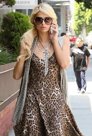 Paris completed her cheetah-printed ensemble with oversized gradient sunglasses.