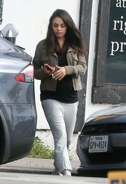 Mila Kunis completed her outfit with white sweatpants.