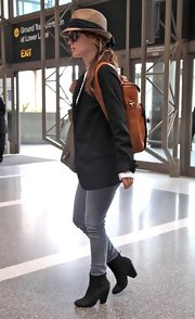 Rachel looked casual-chic in a black blazer, gray skinny jeans and a pair of chunky-heeled, black leather, ankle boots.