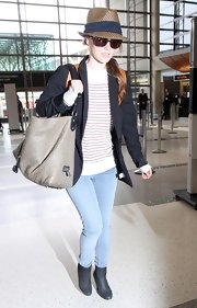 While traveling through the airport Rachel Bilson paired her fedora hat with a leather tote bag, which made for a chic traveling outfit.