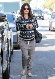 Rachel Bilson finished off her laid-back shopping outfit with a pair of gray harem pants.