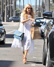 Rachel Zoe styled her look with a denim chain-strap bag by Chanel.
