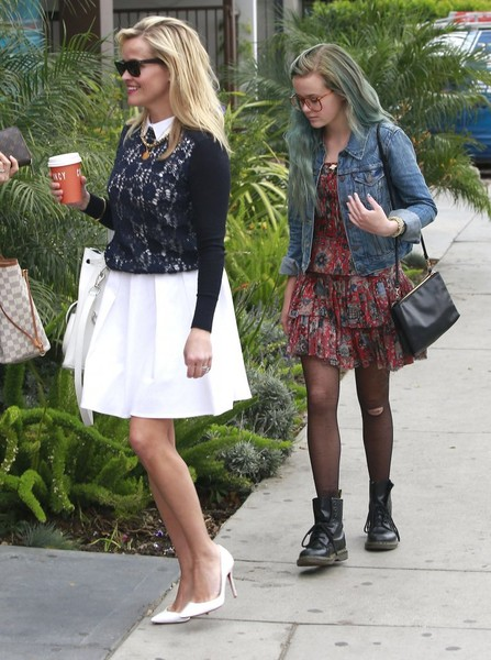 Reese Witherspoon Takes Daughter Ava to a Hair Salon