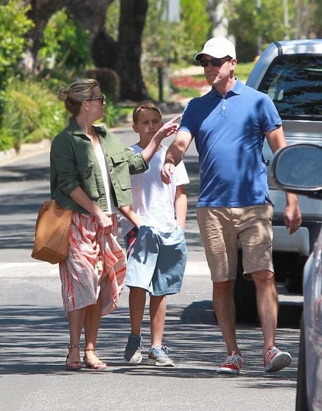 Reese Witherspoon & Family Look At Their New Home