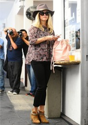 Reese Witherspoon topped off her outfit with a cute pink bucket bag.