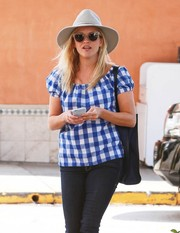 Reese Witherspoon topped off her shopping outfit with a gray walker hat.