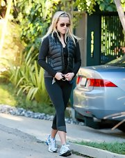 The always conscious Reese Witherspoon went for a walk in a black long-sleeve shirt and a matching puffer vest.