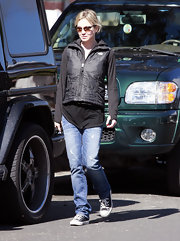 Renee runs errands in Santa Monica wearing her laid-back classic blue jeans and tennis shoes.
