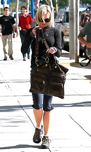 Looking like she might have just come from the gym, Renne Zellweger showed off her large cross body tote. Bags like this are great when out and about running errands.