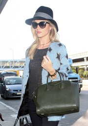 Rosie Huntington-Whiteley arrived at LAX wearing a cute Rag & Bone Sloan hat.