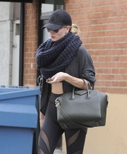 Rosie Huntington-Whiteley added some warmth to her skimpy gym attire with a Paula Bianco infinity scarf.