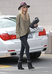 Rosie Huntington-Whiteley balanced out her loose top with sexy black Frame jeans.