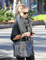 Rosie Huntington-Whiteley dressed up her gym outfit with a stylish gray croc-embossed tote by Kate Moss for Longchamp.
