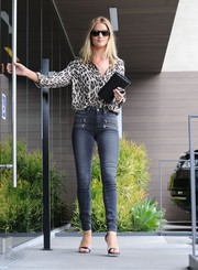 Rosie Huntington-Whiteley showed off her shapely legs in a pair of zip-embellished skinny jeans by Paige.