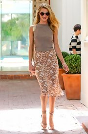 Rosie Huntington-Whiteley chose a sleeveless brown sweater to pair with a printed skirt for a totally sleek and sophisticated daytime look.