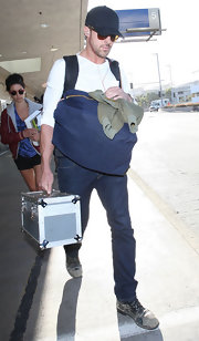 Ryan Gosling tried to hide his recognizable celebrity looks by burying his face in a baseball cap as he arrived in Mexico.
