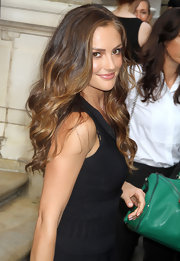 Minka Kelly played up her natural beauty with long bouncy waves that were softly parted down the side.