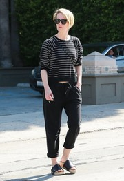 Sarah Paulson sealed off her look with black slide sandals.