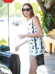 Stacy Keibler styled her outfit with a small black leather bag.