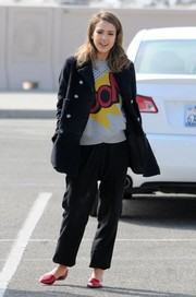 Jessica Alba arrived on set wearing cute red pointy flats by Jenni Kayne.