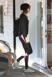 Taylor Swift topped off her workout attire with a black cardigan.