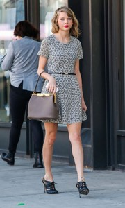Taylor Swift finished off her shopping attire with a vintage-chic taupe single-strap tote.