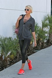Taylor Swift teamed her top with a pair of cropped leggings by Lululemon.