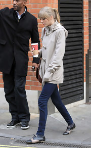 T. Swift topped off her chic and casual style with black and beige flat oxfords.