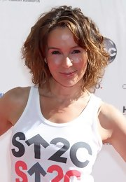 Jennifer Grey wore her hair in a cute curled-out bob at the 2010 Stand Up to Cancer event.