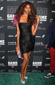 Jessica White gave her sultry look a feminine finish with a purple snakeskin clutch.