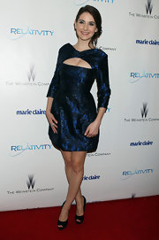 That cleavage-baring cutout added a dose of sexiness to Alison Brie's blue cocktail dress at the 2011 Golden Globes after-party.