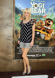 Anna Faris dressed up her casual premiere look with gray platform pumps.