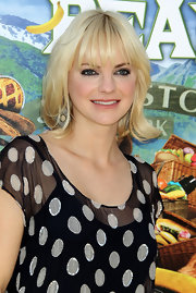 Anna Faris was cute as a button in her polka dot clad blouse. A classic bob and blunt cut bangs finished off her look.