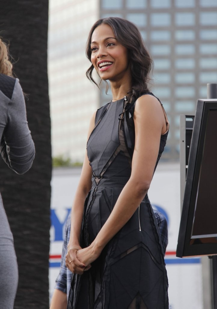 Zoe Saldana Stops by the 'Extra' Set
