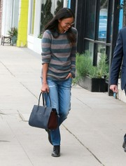 For her bag, Zoe Saldana chose a black leather tote with contrast sides.