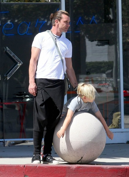 Gavin Rossdale Takes His Son Shopping