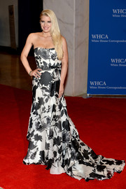 Jessica Simpson looked dreamy in a black-and-white floral strapless gown by Carolina Herrera at the White House Correspondents' Association Dinner.