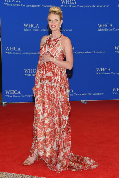 Anne V went for breezy glamour in a red and white print gown by Altuzarra at the White House Correspondents' Association Dinner.