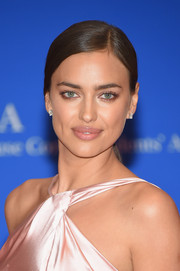 Irina Shayk kept it minimal with this side-parted ponytail at the White House Correspondents' Association Dinner.