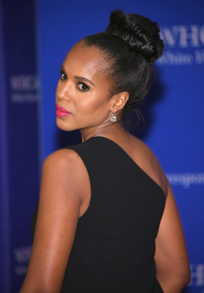Kerry Washington brightened up her look with hot-pink lipstick.