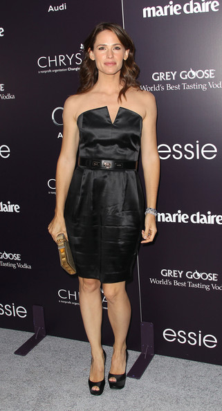 Jennifer Garner gave her LBD a girlish finish with a bronze and gold hard case clutch with a sweet crystal-adorned bow detail.