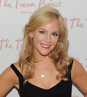 Rachael Harris paired her black dress with medium curls.