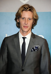 Gabriel Mann kept it classy in a narrow black tie at the Warner Bros. and InStyle Golden Globe Awards After Party.