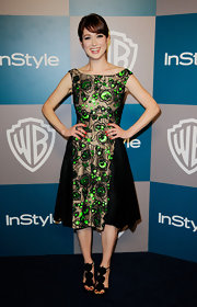Ellie Kemper accessorized her retro-inspired cocktail dress with black sandals.