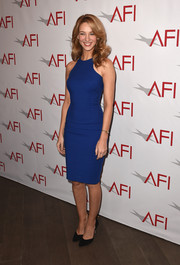 Yael Grobglas kept it minimal in a cobalt racer-neckline sheath dress at the AFI Awards.