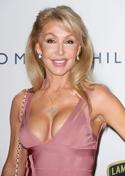 Linda Thompson looked demure in a soft half-up half-down 'do.