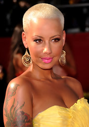 Amber Rose paired her sunny gown with hot pink lips and perfectly lined eyes.