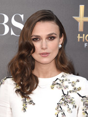 Keira Knightley finished off her ensemble with a pair of classic pearl and diamond studs by Harry Winston.