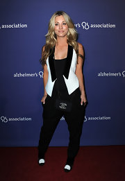 Kaley Cuoco showed off her menswear inspired look, which she paired with a cite pair of tuxedo heels and a Chanel box clutch.